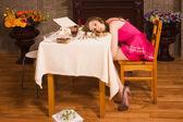 моделирование сцены преступления. отравленная девочка лежа на столе — Стоковое фото