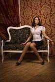 Vacker ung flicka i vintage inre — Stockfoto