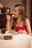 性格开朗的女人吃馅饼 — 图库照片