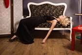 Sinnliche blondine im jahrgang interieur — Stockfoto
