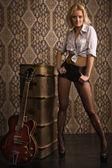 Rock babe met elektrische gitaar — Stockfoto