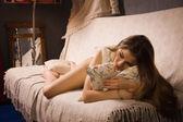 привлекательная девушка на диване — Стоковое фото