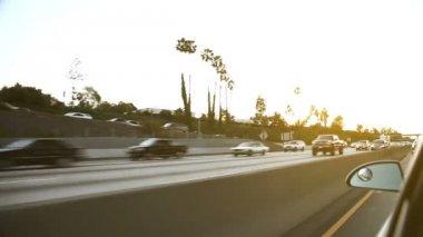 Nadjeżdżające na amerykańskiej autostrady na zachodzie słońca — Wideo stockowe