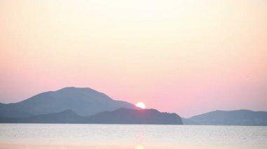 восход солнца на море и горы — Стоковое видео