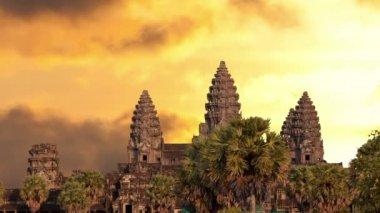 Silhouette du temple angkor wat avec ciel coucher de soleil et de nuages — Vidéo
