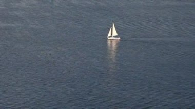 Sailing yacht on blue ocean pattern — Stock Video