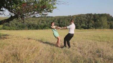 мужчина и женщина, танцы в поле — Стоковое видео