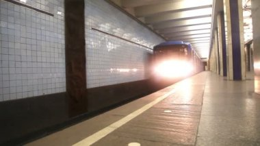 Subway train arriving to station — Stockvideo