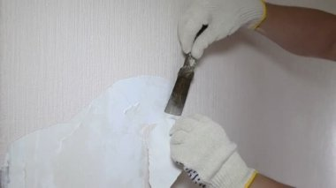Man removing old wallpaper with the tool — Stock Video