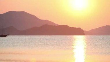 Barco à vela no mar ao nascer do sol — Vídeo Stock