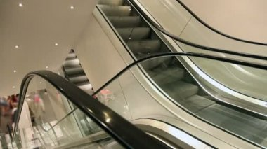 Moving elevator in european shopping mall — Vídeo Stock
