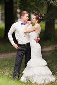 Jen manželský pár v parku — Stock fotografie