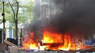Burning car in the center of city during unrest in Odesa, Ukraine — Stock Video