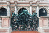 Statues on the gate  — Stock Photo