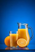 Succo d'arancia sul blu — Foto Stock