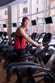 Man gör övningar på cykel — Stockfoto