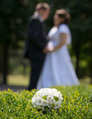 Wedding bouquet and couple — Stockfoto