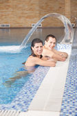 Smiling man and woman in swimming pool — Stock Photo