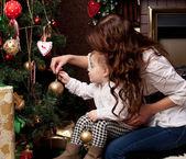Mãe feliz, decorar a árvore de natal com seu bebê — Foto Stock