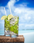 Cocktail mojito on beach — Stock Photo