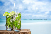 Cocktail mojito on beach — 图库照片
