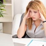 kvinna som tittar förvånad med laptop — Stockfoto #26533463