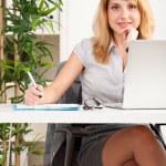 Retrato de mujer trabajando — Foto de Stock