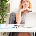 mujer en oficina — Foto de Stock