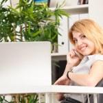 kvinnan talade på telefon — Stockfoto
