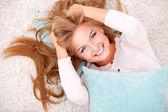 Kobieta leży na dywanie — Zdjęcie stockowe