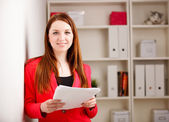 Woman holding sheaf of paperwork — Foto de Stock