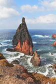 Adanın doğusunda parlak kırmızı ve gri uçurumlar — Stok fotoğraf