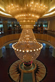The huge magnificent crystal chandelier — Foto Stock