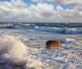 Zee schuim op de zon schijnt. nieuwe kade in tel aviv — Stockfoto