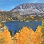 Magic beauty the dark blue lake in Yosemiti's National park — Stock Photo