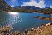 Al mediodía solar. lago azul brillante en el parque nacional yosemite — Foto de Stock