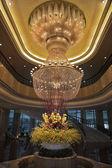 Magnifico enorme lustro e vaso con fiori — Foto Stock
