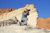 Tourist photographing the canyon, he dropped to one knee — Foto de Stock