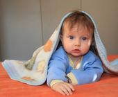 Il bambino con gli occhi azzurri coperti con una coperta — Foto Stock