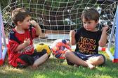 Dwóch chłopców czterech lat rozmawiać o piłce nożnej — Zdjęcie stockowe