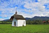 A capela em um prado verde — Foto Stock