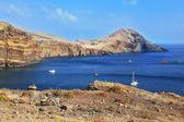 Barco branco em uma baía rochosa — Foto Stock