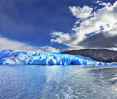 Blue Ice Glacier Gray is reflected in the lake — Stock Photo