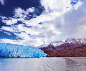 Blue Glacier Gray is reflected in the lake — Stock Photo