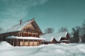 Antiga casa de madeira na vila — Foto Stock
