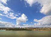 Paysage urbain avec des nuages d'été. omsk. russie. — Photo