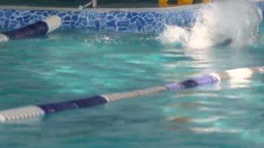 Człowiek pływak trening w basenie. — Wideo stockowe