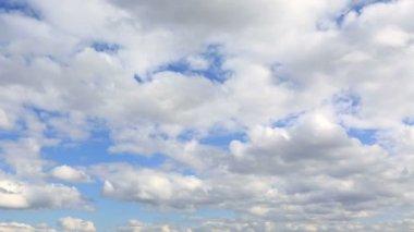Les cumulus flottent dans le ciel bleu. vue de timelapse. — Vidéo