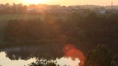 Rayons de brouillard et soleil sur l'étang de ptitsegradsky. serguiev possad. vue de timelapse — Vidéo