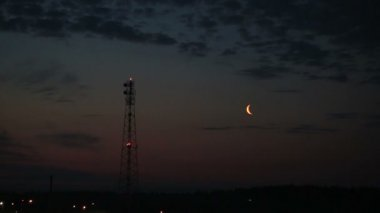 Moon over the city in the early hours (singing frogs and birds). — Stock Video